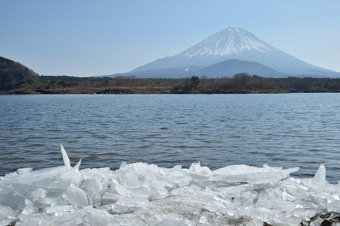 11:43 打ち上げられた氷と富士山-2