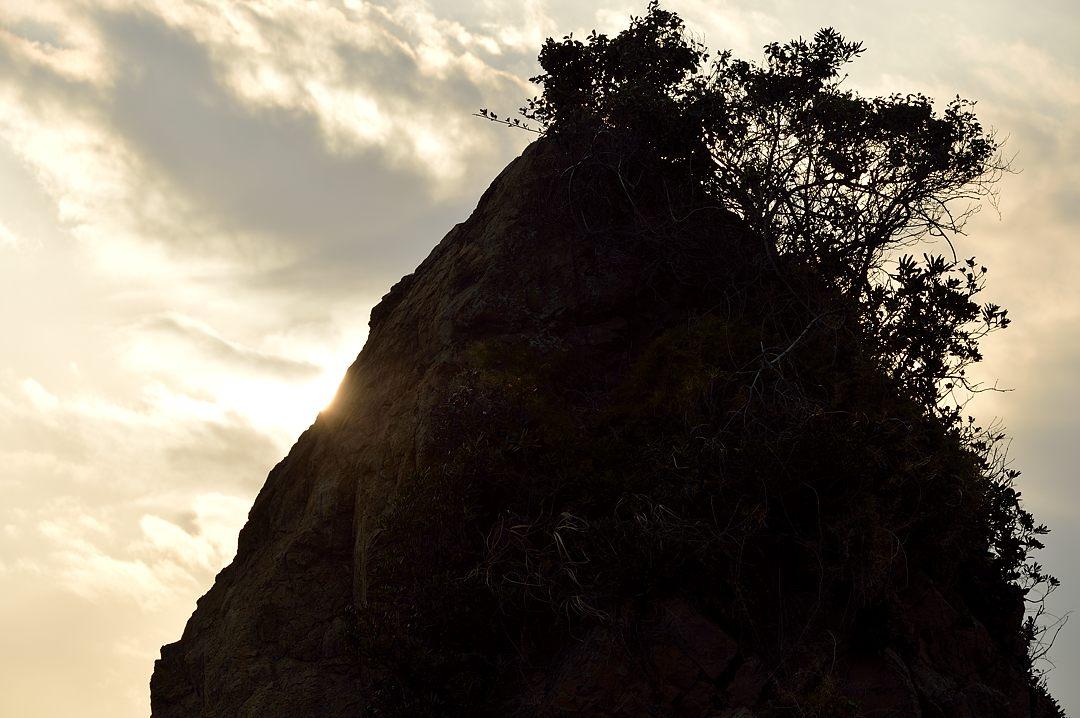 16:25 立石にかかる太陽