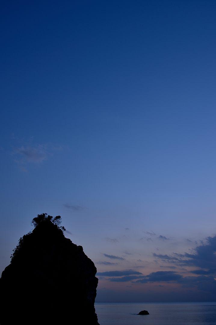 17:50 薄暮に浮かぶ立石