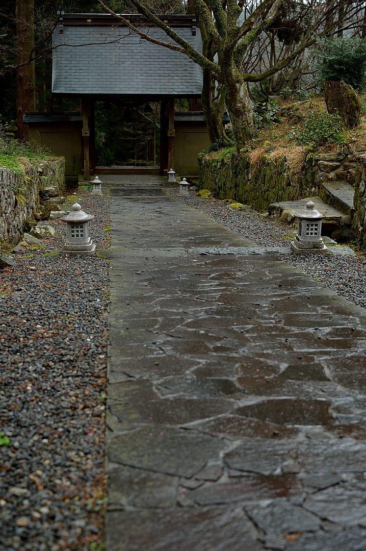 【15:06】 雨に濡れる石畳