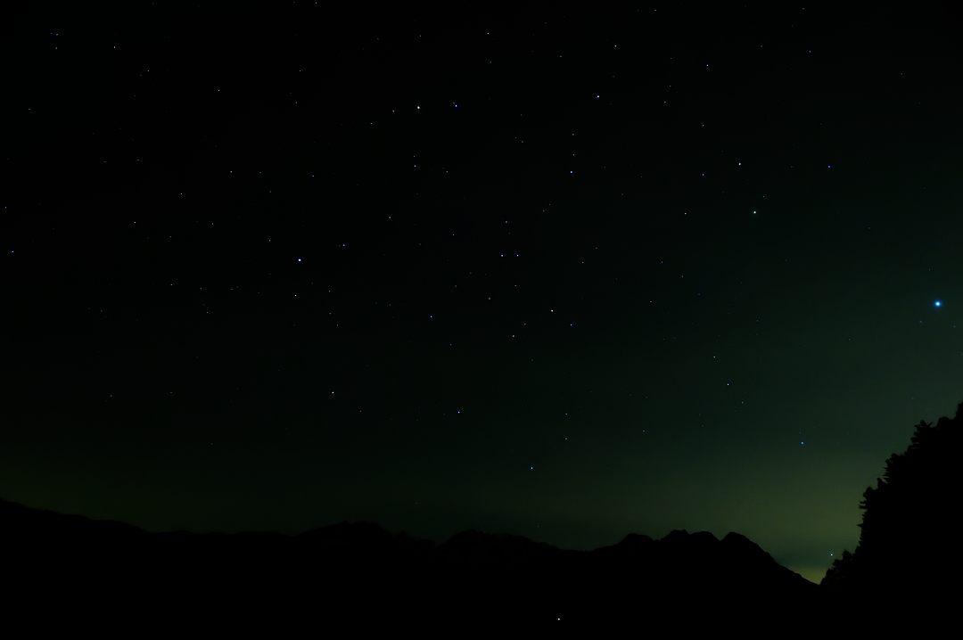 【21:14】 穗高方面、右の明るい星はベガ