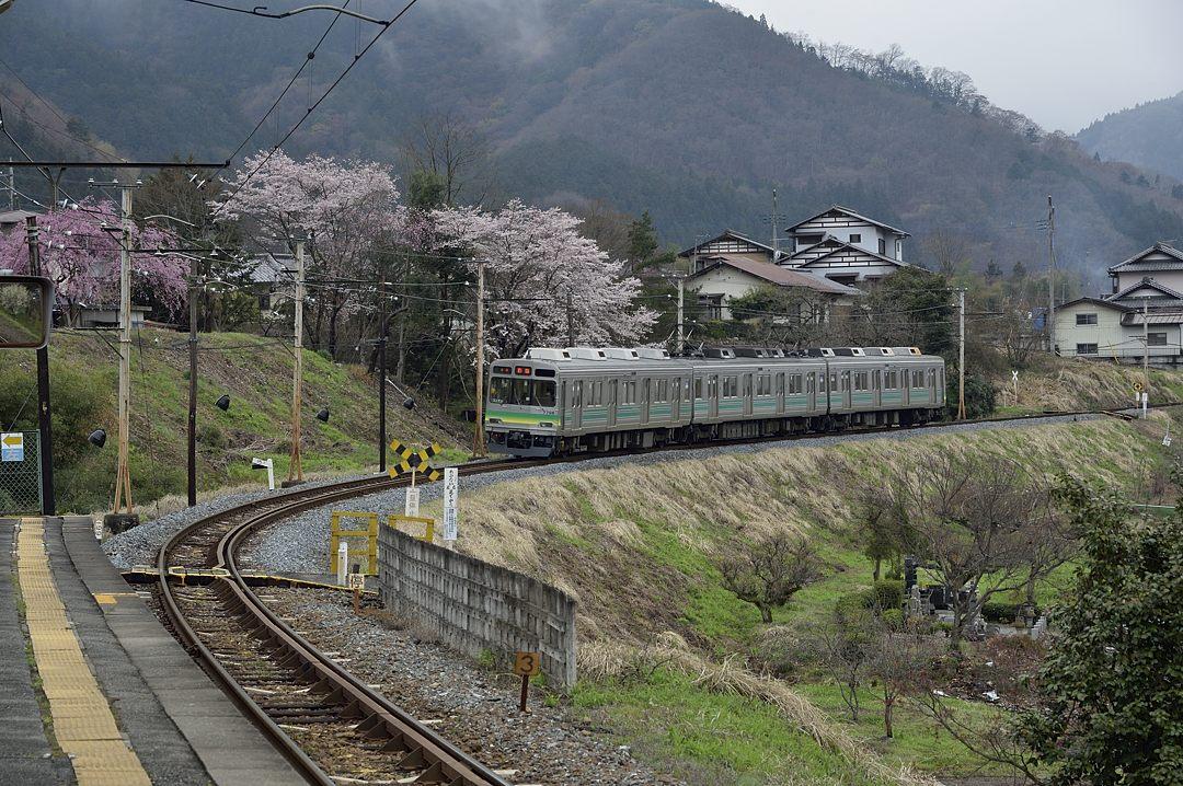 入線する上り電車