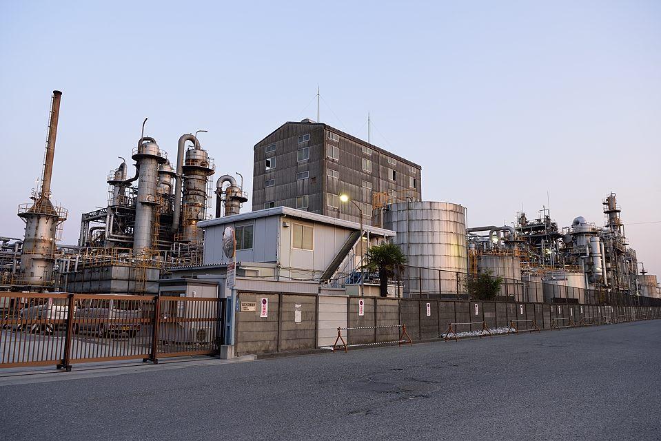日没前の工場