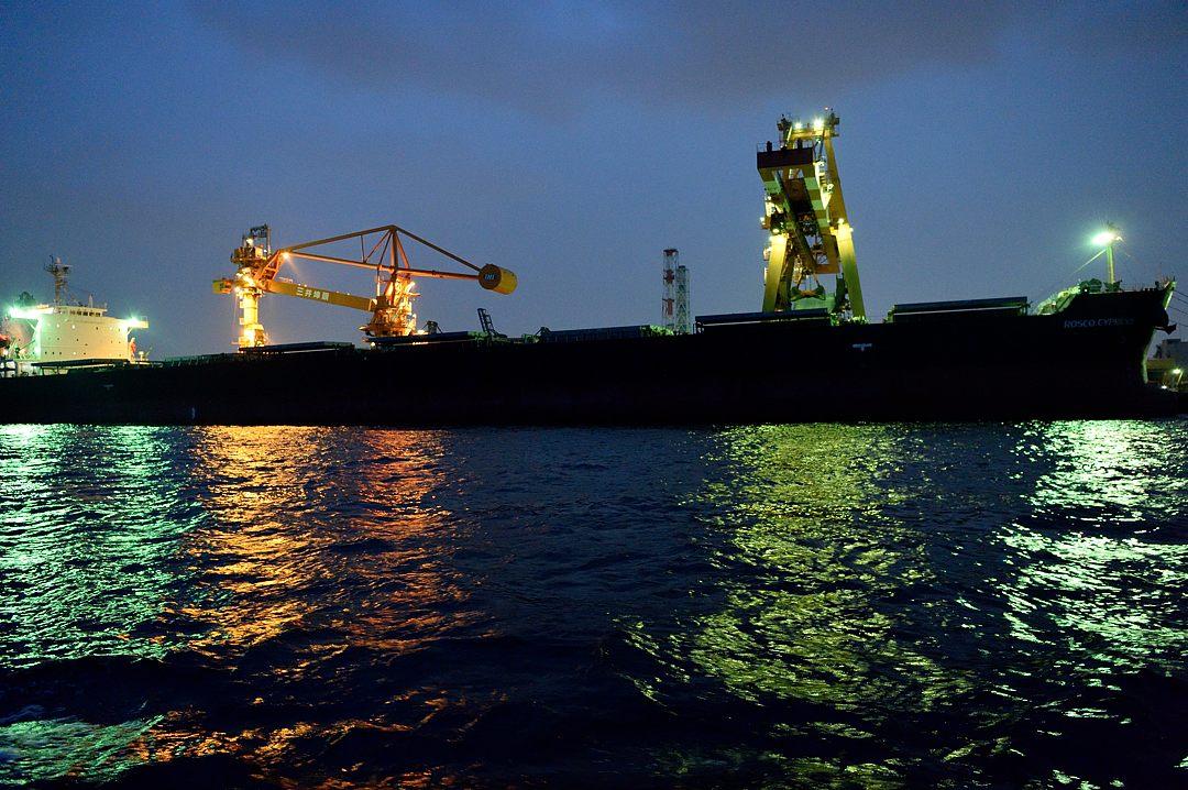 鉱石船からの陸揚げ