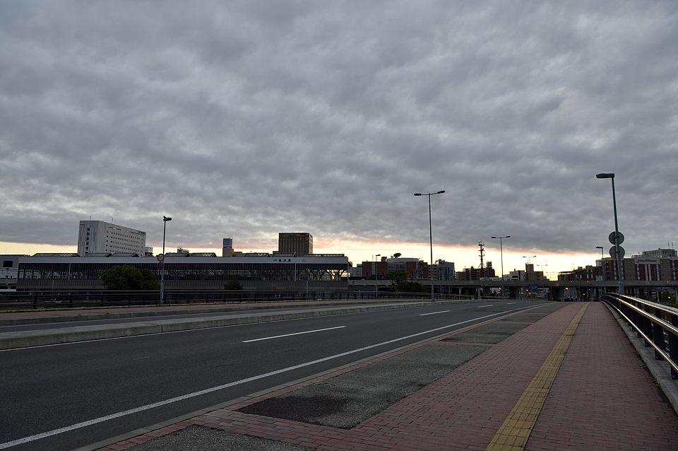 【03:55】 東の雲も焼けている