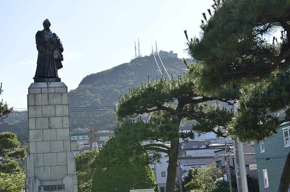 函館山と高田屋嘉兵衛の銅像