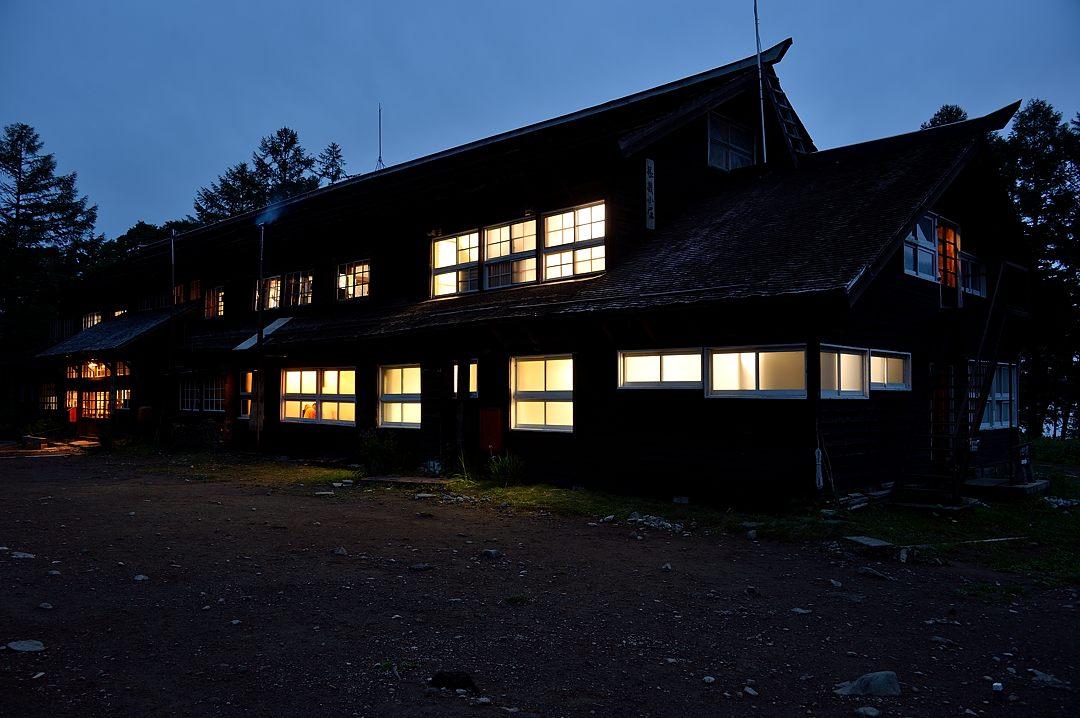 夕闇に浮ぶ長蔵小屋