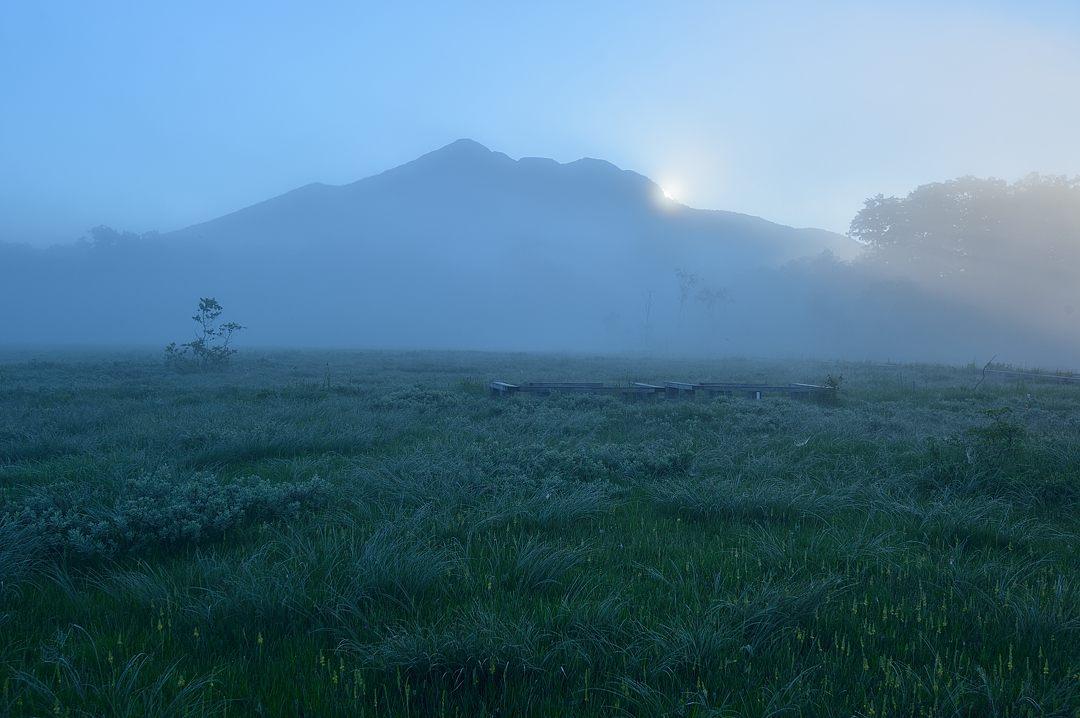 燧ケ岳の肩から太陽が出てきました