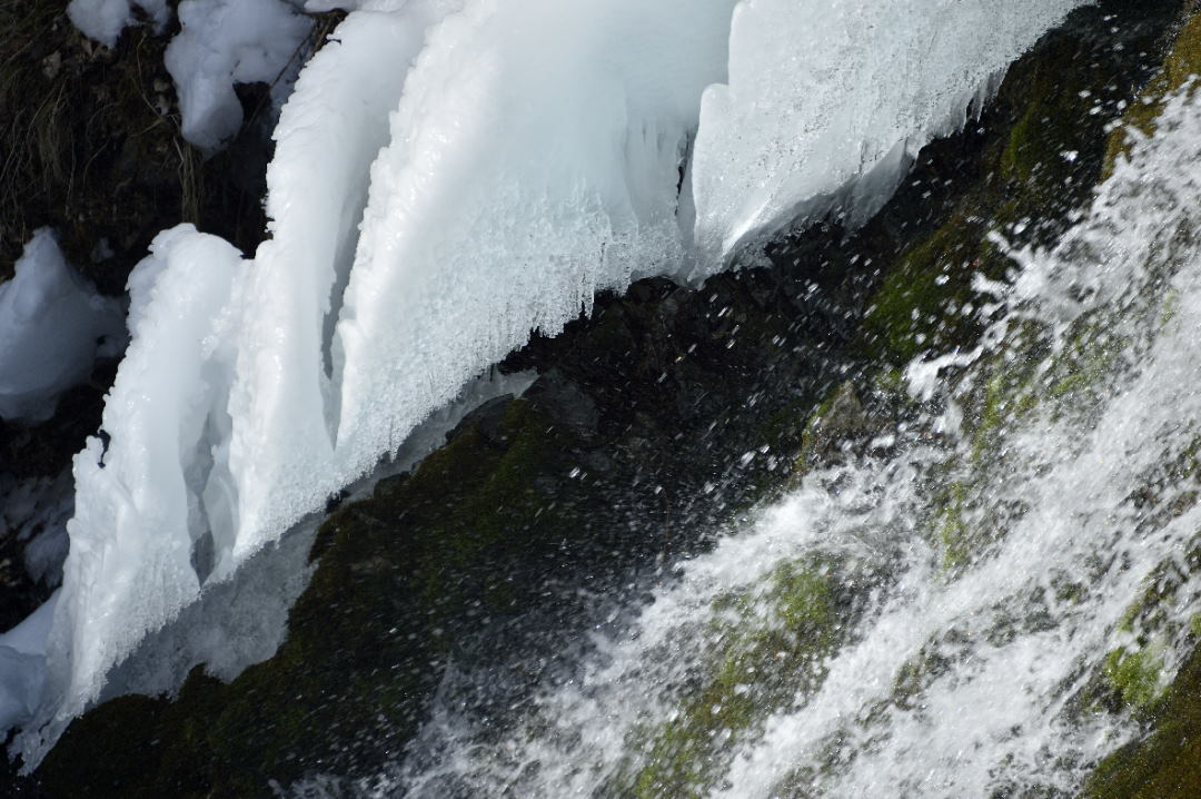 氷を融かす湧水