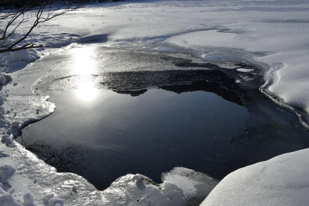 湖面を照らす落日