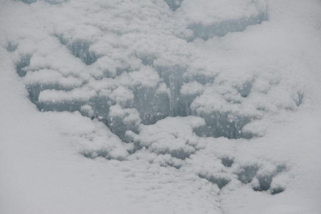 氷を覆う雪