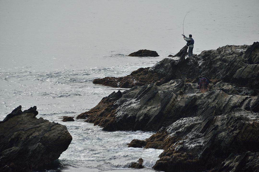 岩場の釣り人