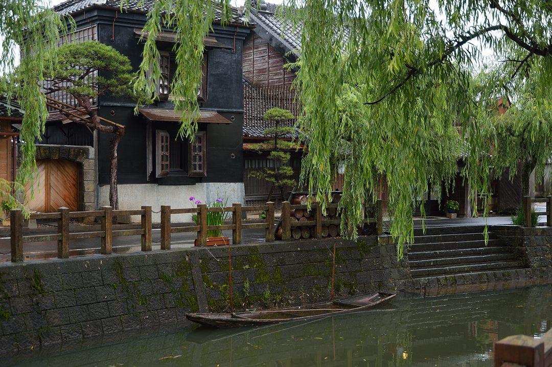 蔵と舟のある風景