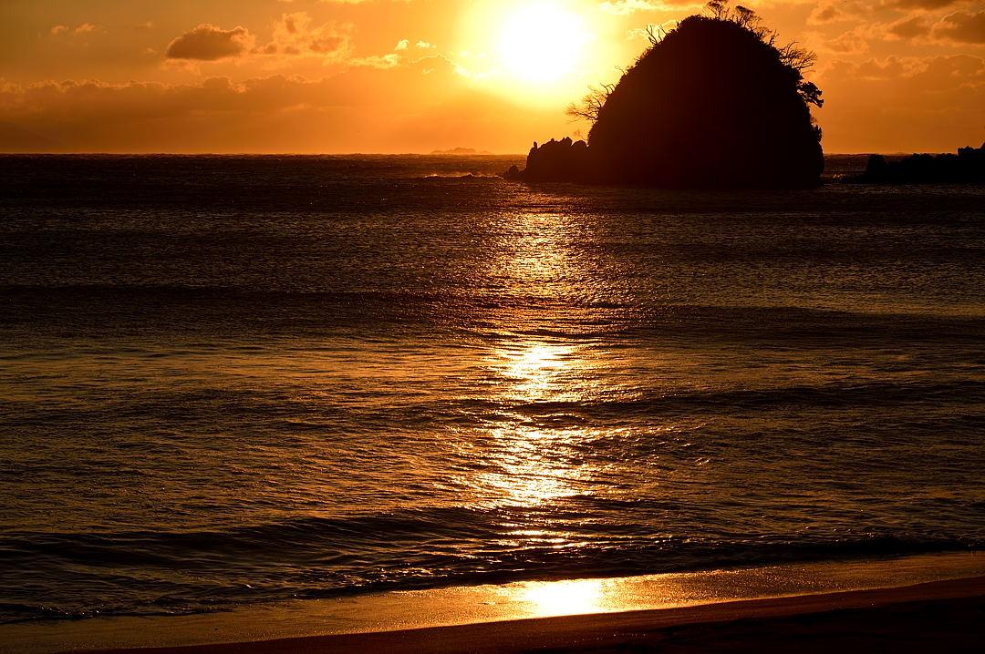 【07:04】 朝日さす砂浜