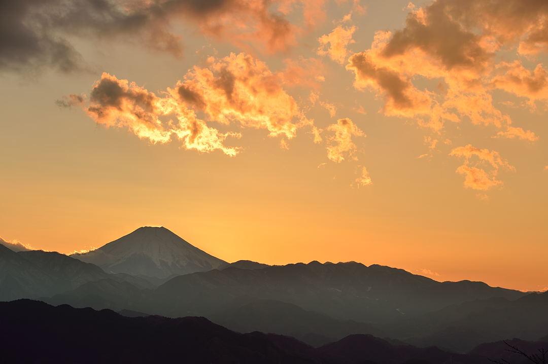 【16:24】 夕陽に照らされて輝く雲