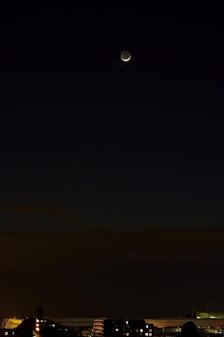 18:31 トワイライトの空に浮かぶ月齢2日の月