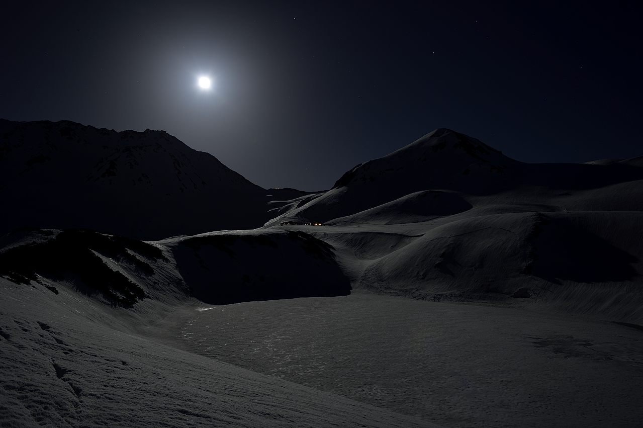 月光に浮ぶ浄土山、立山