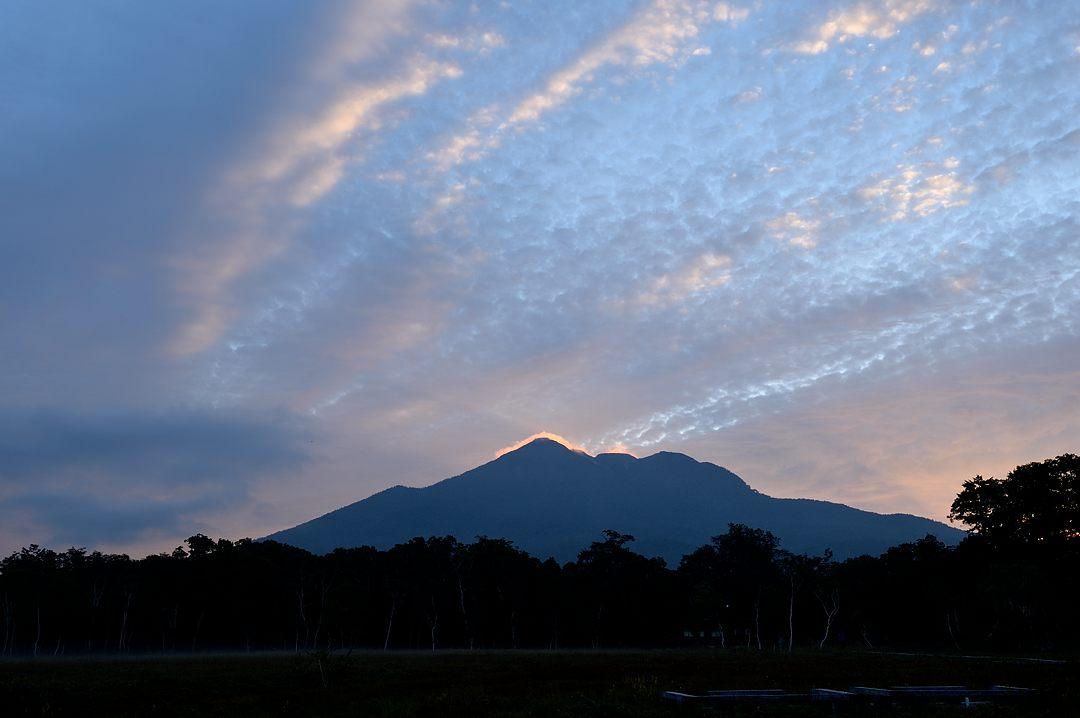 山頂の雲が色付く