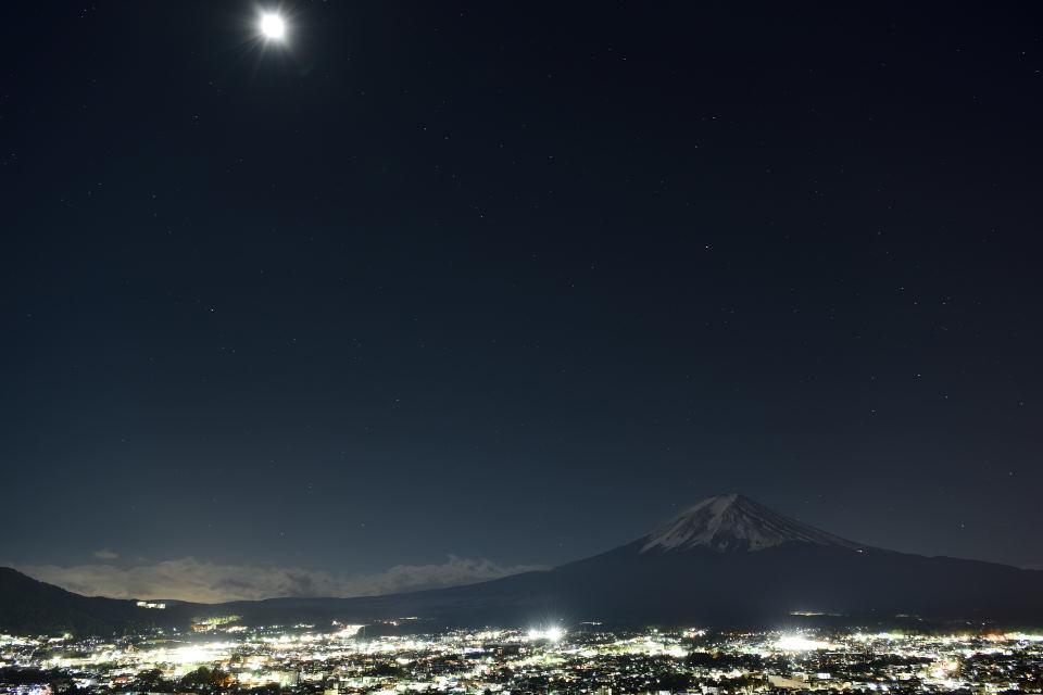 月光に照らされる富士